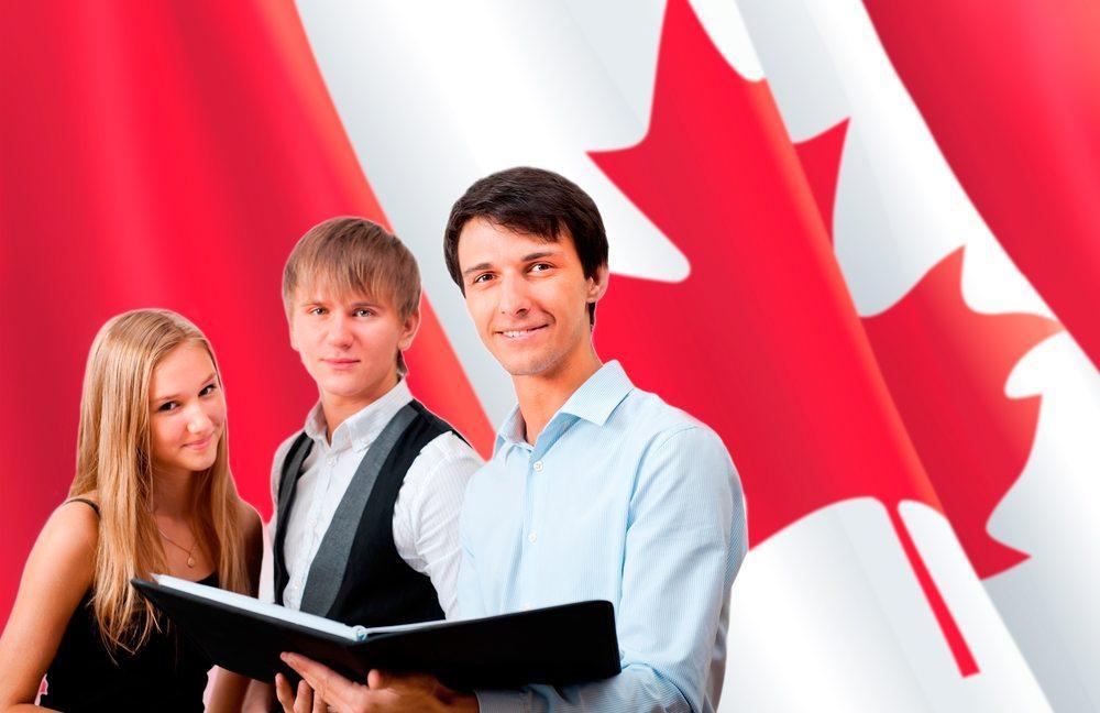 Студенты на фоне флага Канады